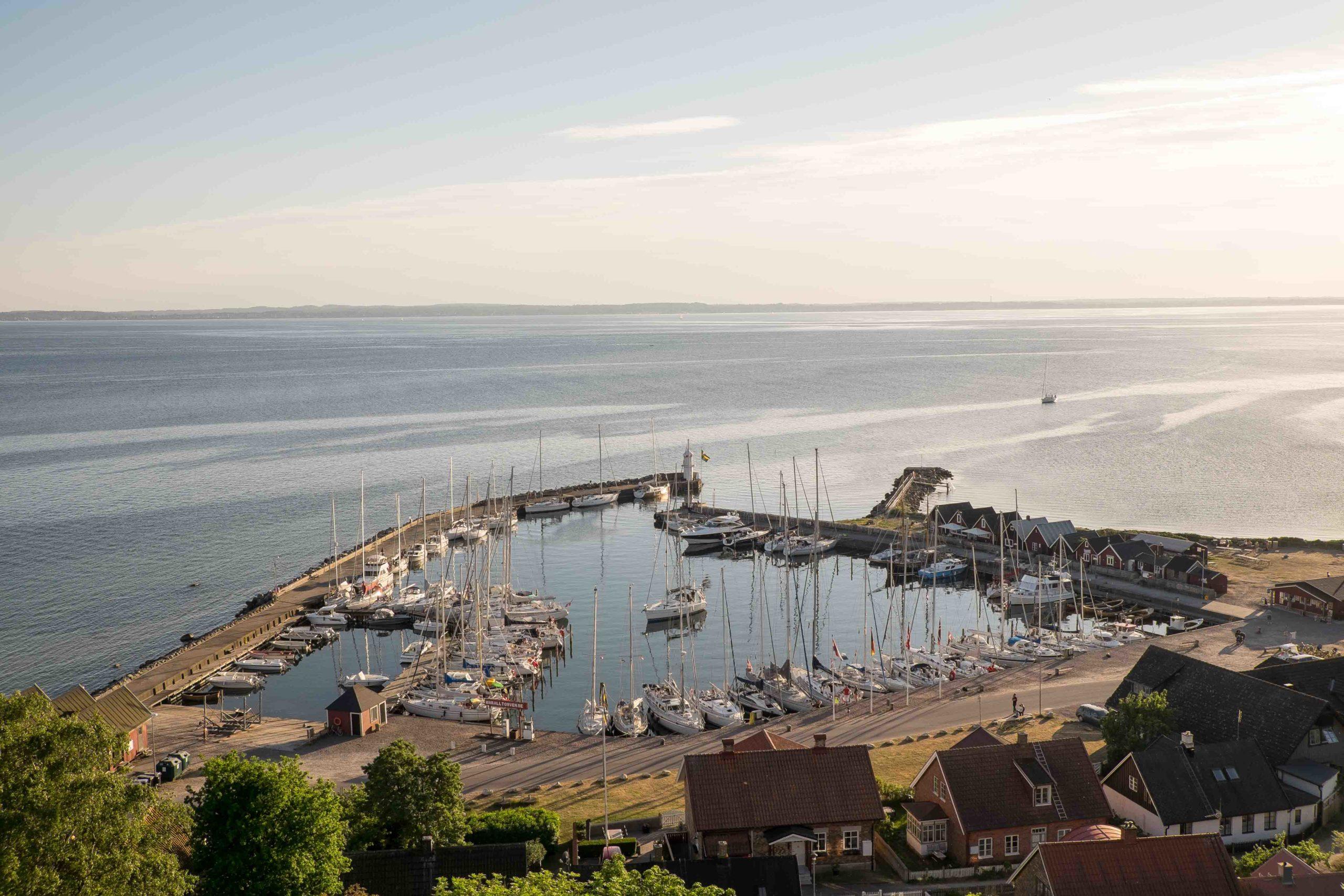 Ven: voller Hafen Kyrbacken und einlaufendes Segelboot