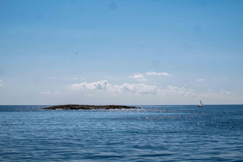 Urlaubsidylle: Insel, Meer, Segelboot