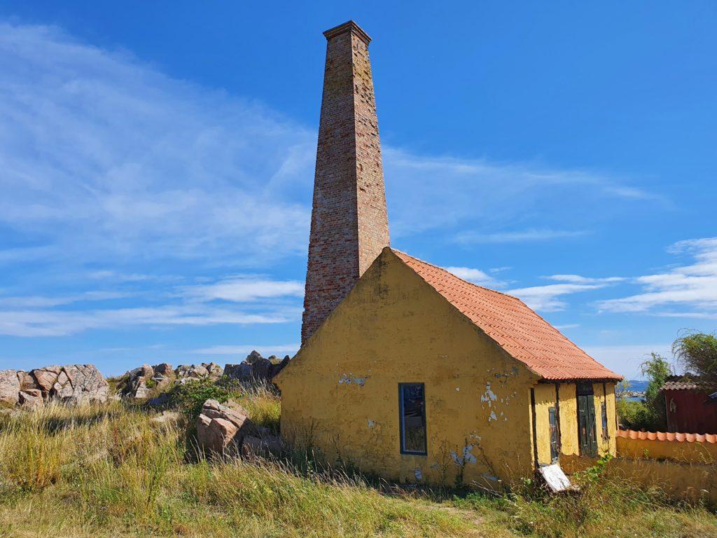 Bornholm: Haus mit Räucherschornstein