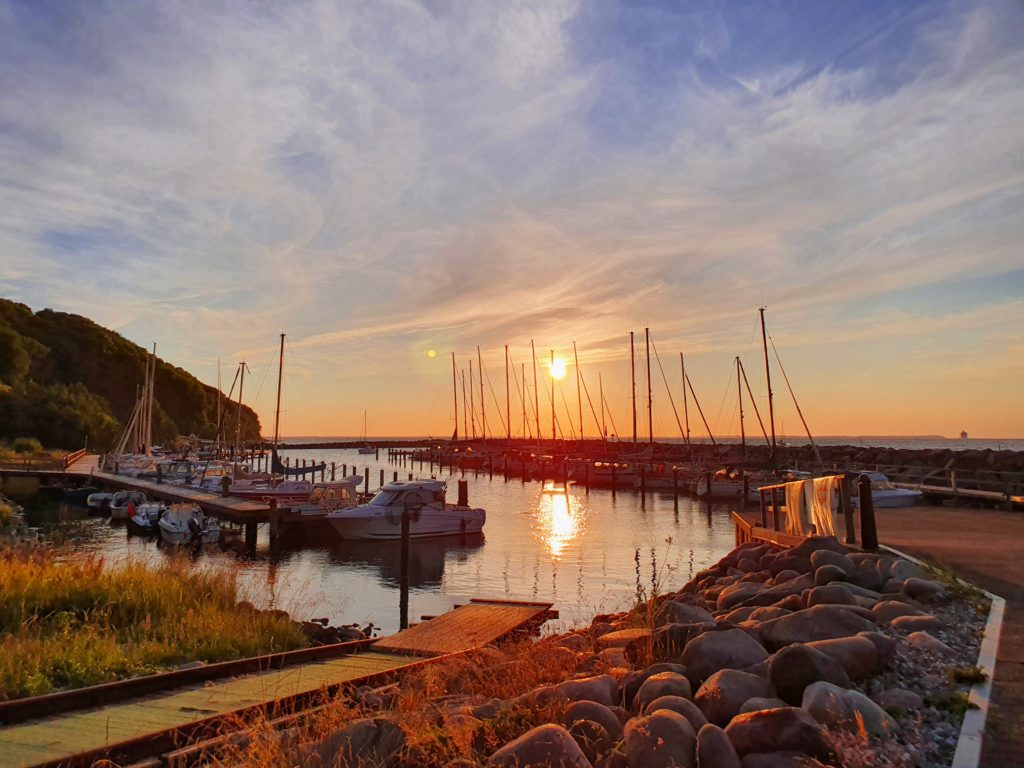 Lohme: Hafen im Sonnenuntergang
